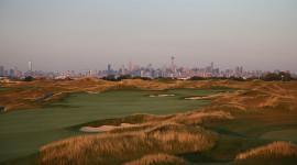 I posti più strani per giocare a golf, dalla discarica alla luna
