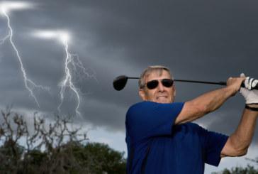 Giocare a golf sotto una tempesta di fulmini [video]